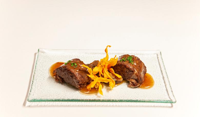 Foto de Rulo de rabo de toro con salsa de garnacha, setas y muselina