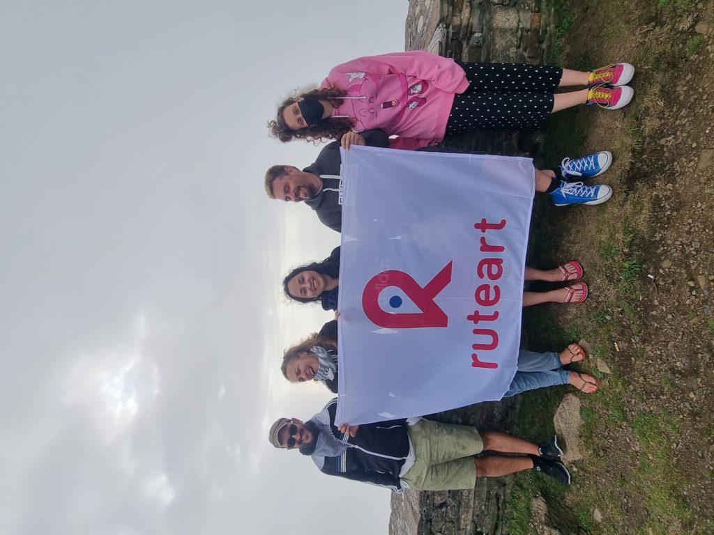 Foto de Un grupo de viajeros con la bandera de Ruteart.